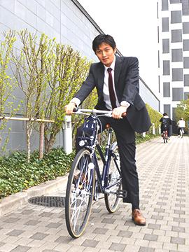 クロスバイクで通勤する男性
