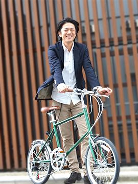 ミニベロ(小径車)で通勤する男性